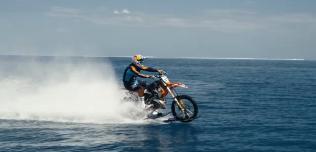 Robbie Maddison surfing motocyklem
