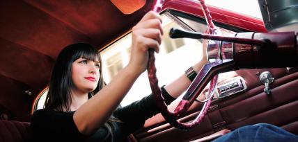 kobieta w aucie sentarse volante